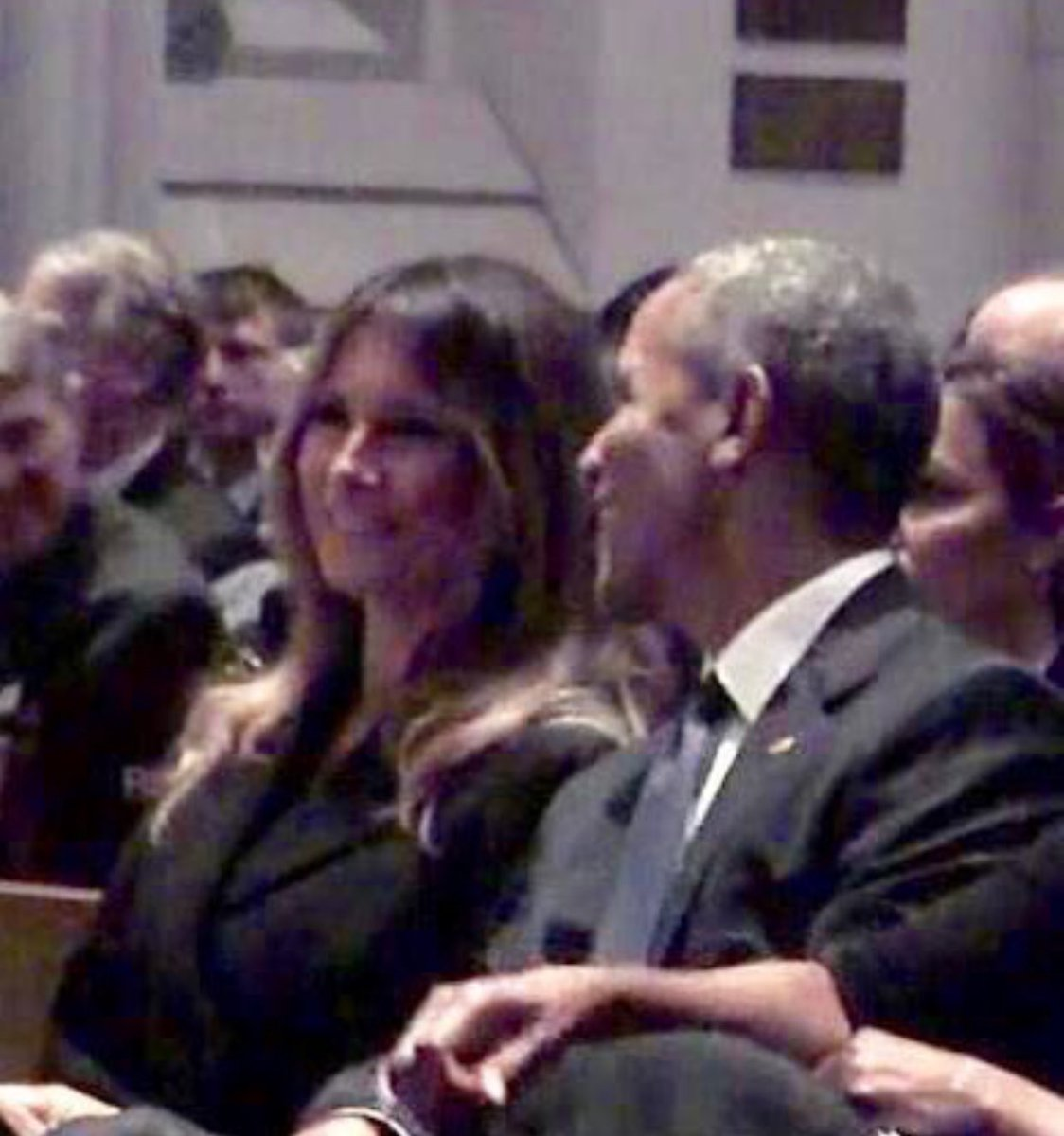 Меланья Трамп и Барак Обама похихикали на похоронах Барбары Буш
