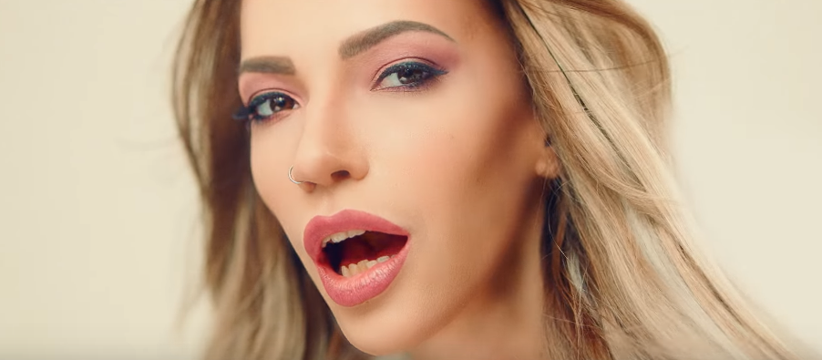 «Слишком много кадров зубов»: в сети раскритиковали участницу Евровидения от России
