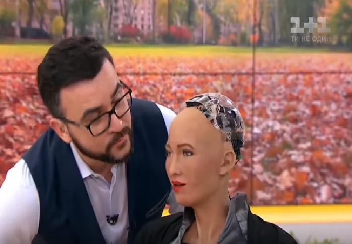 Видео дня: Руслан Сеничкин с показной скромностью целует робота Софию