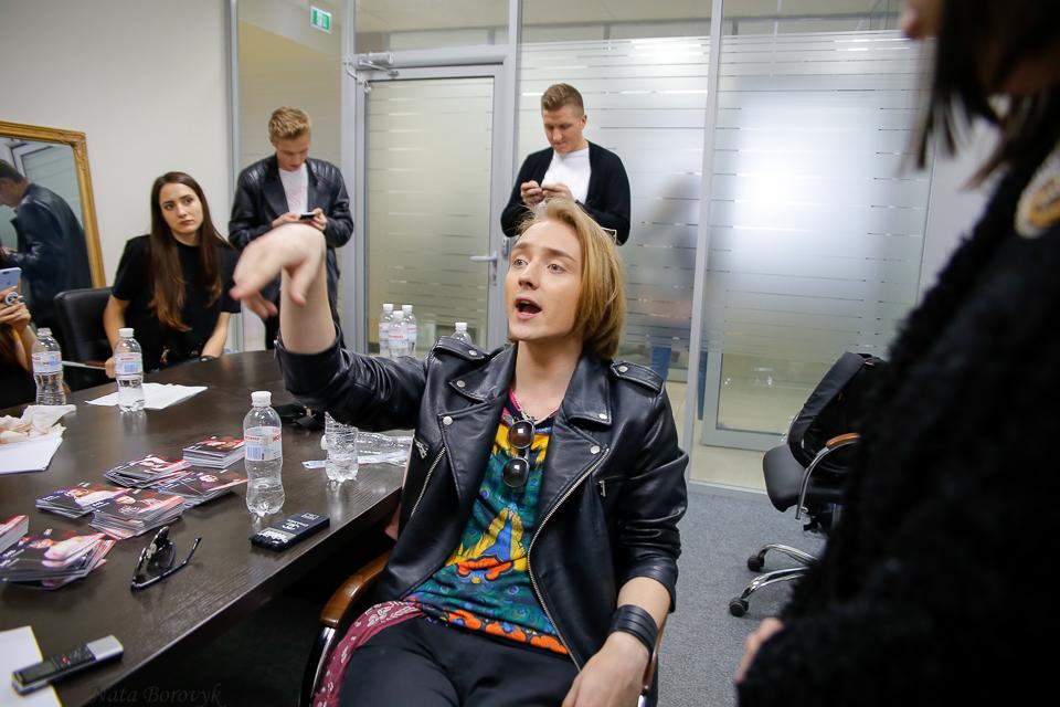 На лабутенах та в сліпучих штанях: «Дуся» за лаштунками шоу «Голос країни 8»