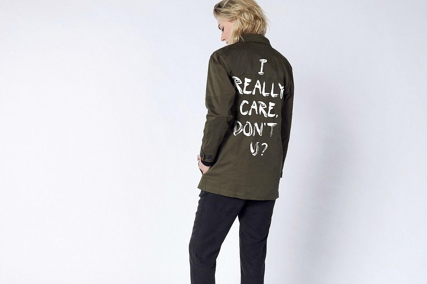 Американский бренд одежды изменил скандальную надпись на куртке Меланьи Трамп и не прогадал