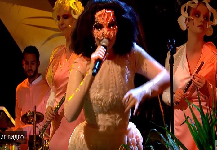 Певица Бьорк впервые за 8 лет появилась на ТВ
