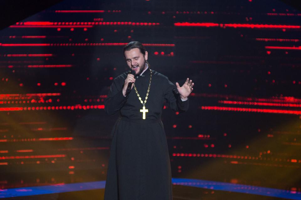 Участник «Голосу країни» в рясе священнослужителя довел Сергея Бабкина до головокружения