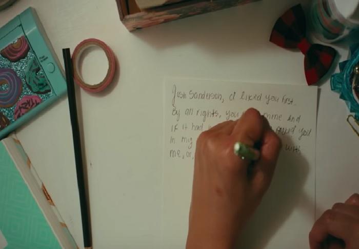 Netflix выпустил трейлер к фильму о девушке, одержимой любовными письмами